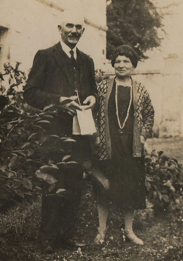 robert instituteurs à pioussay cliché daté de 1930 joseph robert ~ Institut Bois Robert